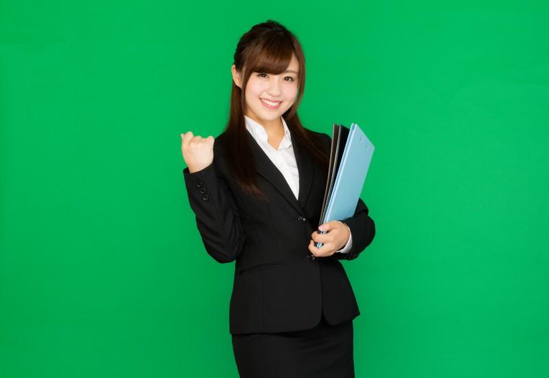 スーツの笑顔の女性