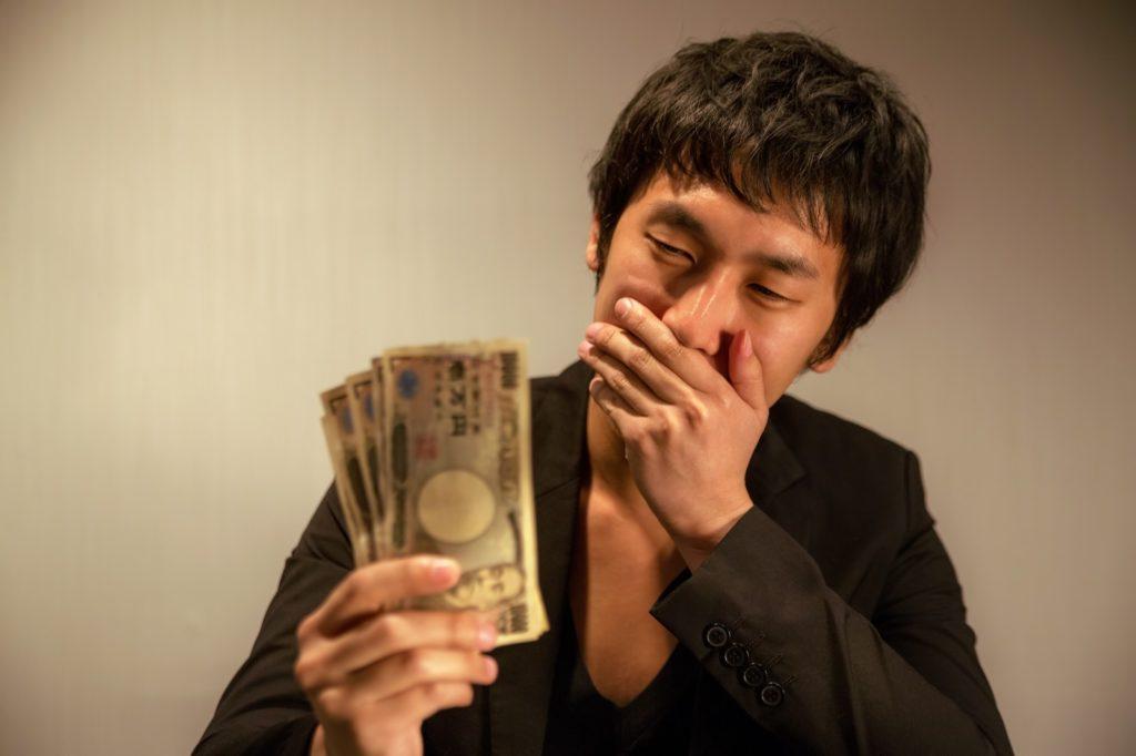 お金を持つ男性