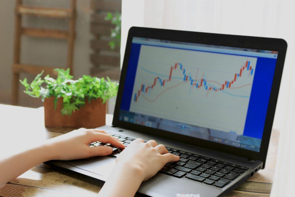 株価チャートとパソコン