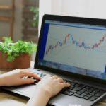 株価チャートとノートパソコン
