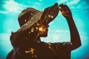 麦わら帽子をかぶる女性
