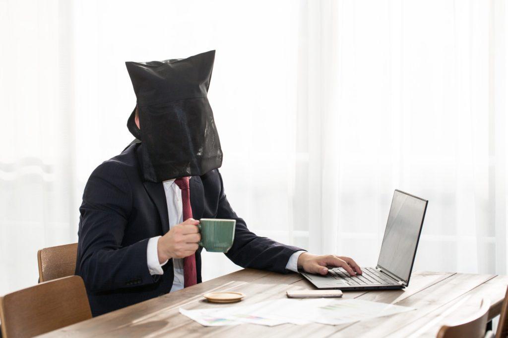 ノートパソコンと男性